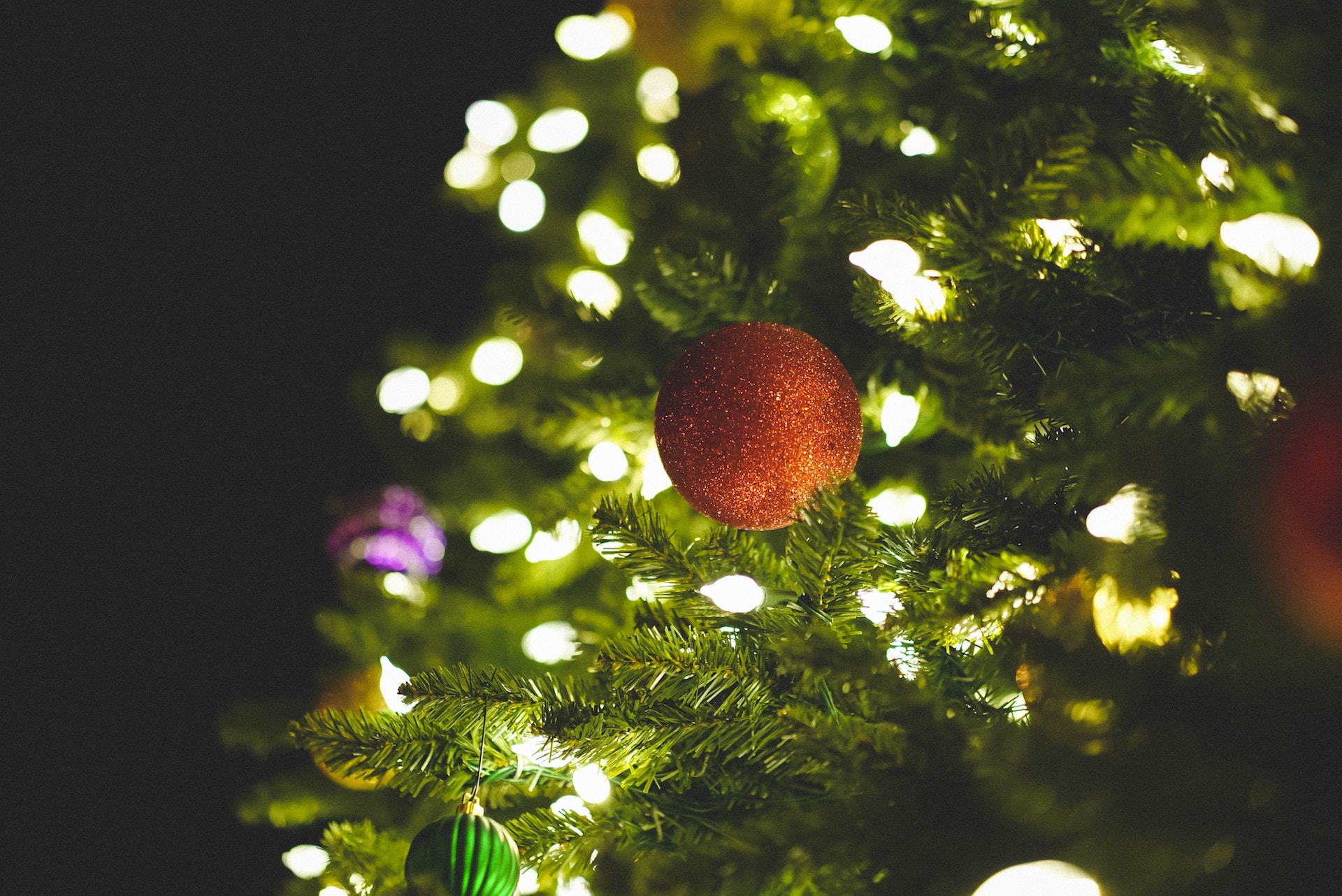 Decorating your Christmas tree from a former interior decorator